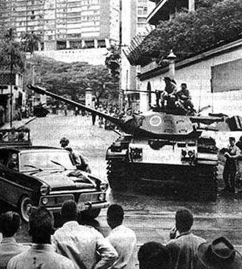 Tropas militares em frente à casa do presidente deposto João Goulart.