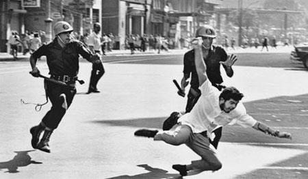 Uma das imagens mais clássicas sobre a repressão contra manifestações que contestavam o governo durante o período militar.