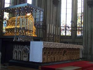 Relíquia e ouro contendo ossos e roupas que os católicos acreditam pertencer aos três reis magos. A fé na autenticidade dessa relíquia é o que motivou a construção da catedral.